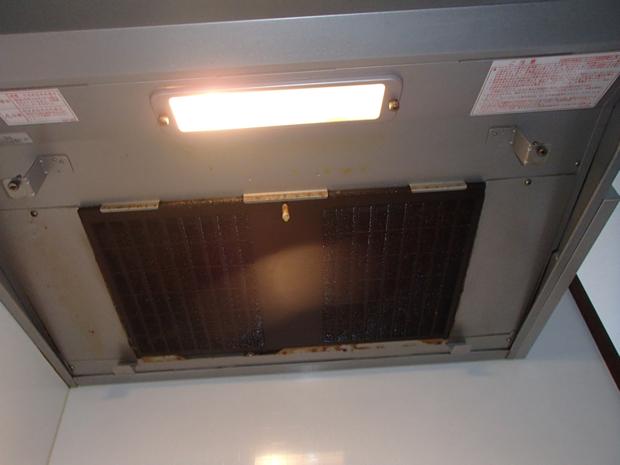 洗浄前の換気扇フード