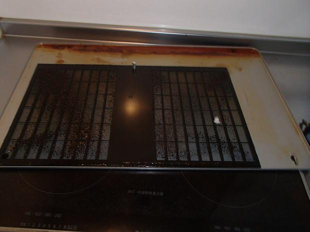 洗浄前の換気扇フードの吸気フィン