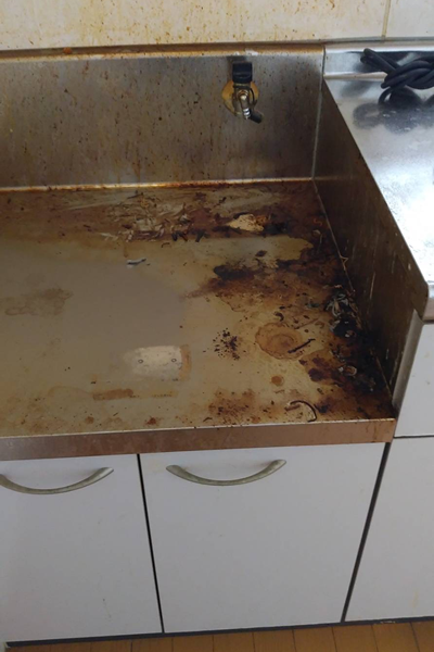 台所のコンロ台(清掃前)