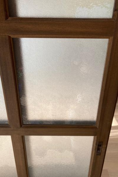 シールをはがし後も消えた扉のガラス