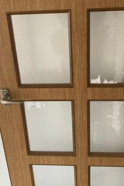 剝がしきれなかった扉ガラス面のシール跡