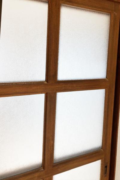 シール跡をはがし明るくなったガラス扉