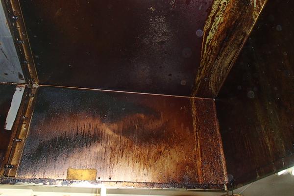 油汚れが何十年も積み重なった換気フード