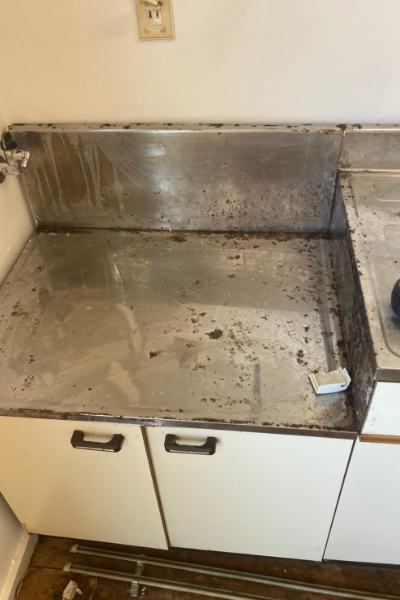 油汚れが目立つシステムキッチンのコンロ台