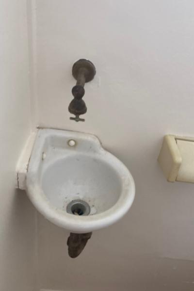 時代を感じるトイレ内の手洗い