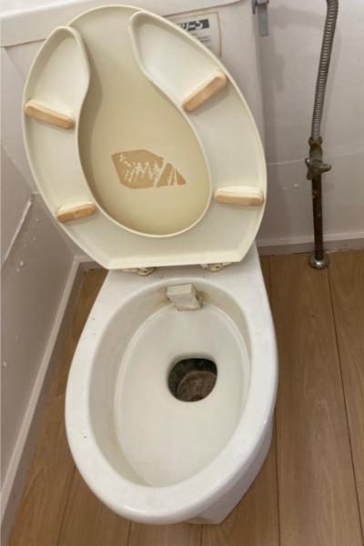 経年汚れを感じるトイレ便器