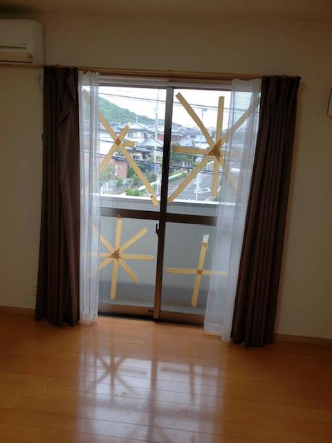 台風対策のガムテープが張り付いた窓ガラス