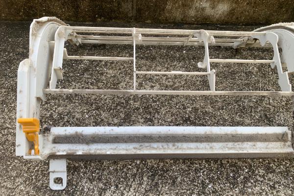ホコリとカビで汚れたエアコン部品を分解洗浄
